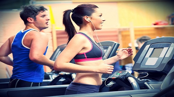 Uống nước đúng cách khi luyện tập với máy chạy bộ